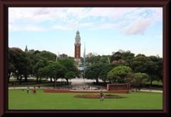 ... beides zusammen: der englische Turm dem Denkmal zum Falklandkrieg gegenüber - widersprüchlicher geht es bald nicht.