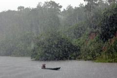 Rio Solimões mit dem Regenschirm gegen die Sintflut