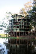 Amazon Tower Lodge - nur noch eine ausgeschlachtete Ruine