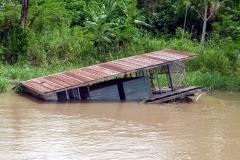 Auch auf dem Fluss gebaute Häuser gehen unter