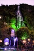 Baños am Abend - eine der Vulkan-Quellen ist beleuchtet