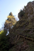 Blick vor der Höhle den Felsen empor