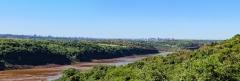 Blick von Itaipú den Río Paraná stromabwärts - links Foz do Iguaçu - rechts Ciudad del Este