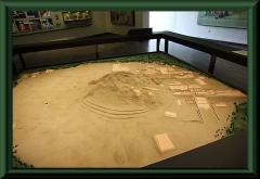 Modell der Ausgrabungsstätte, oben links das Museum