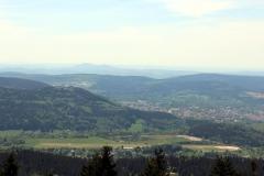 Blick auf Suhl, im Hintergrund die beiden Gleichberge bei Römhild