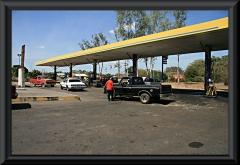 Tankstelle bei Dolores. Da Benzin und Diesel sehr billig sind fährt fast jeder ein Auto.