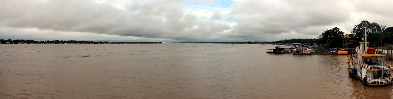 Tres Fronteras: Tabatinga (Brasilien, rechts), Leticia (Kolumbien, rechts hinten) und Santa Rosa (Peru, links)