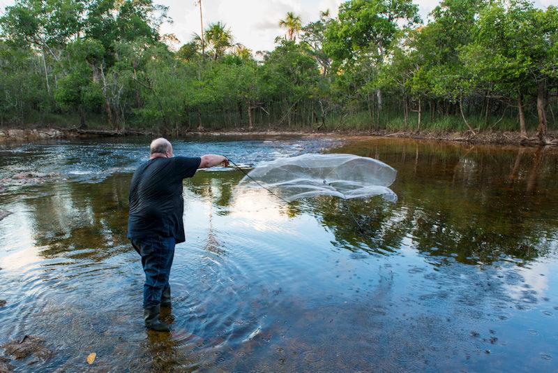 Mit dem Wurfnetz am Rio Negro Foto: Uwe Stahl